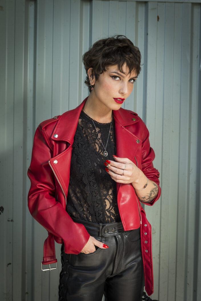 mode portrait femme rouge et noir