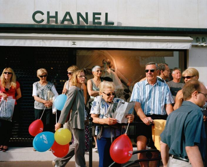 rue foule Chanel boutique